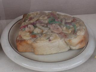 全体的に白っぽいピザトースト