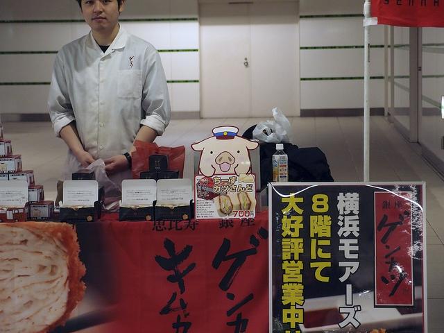 駅構内でも気が抜けない。駅員気取りの帽子を頭に載せて、仲間の肉が挟まれた商品を朗らかに売る。