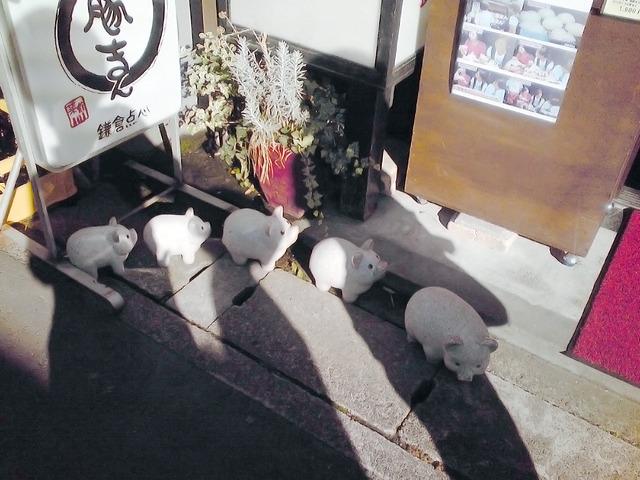豚まんの店頭で物理的に列をなす共食い豚。かわいそう。