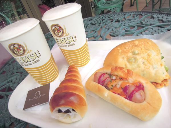 ホットドッグに見えるけどそうじゃないソーセージのパンに、枝豆とチーズのパン、そしてまさかのチョココロネ。なんとこの店、テラス席もある