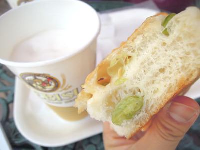 友人がなんか地味なパン選んだなあと思ったが、枝豆でチーズでパンという対ビールとして無敵のパンだった