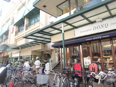 おしゃれな街の代名詞、自由が丘であるが、ドンクのあるピーコック周辺はもろに地元スーパーの雰囲気