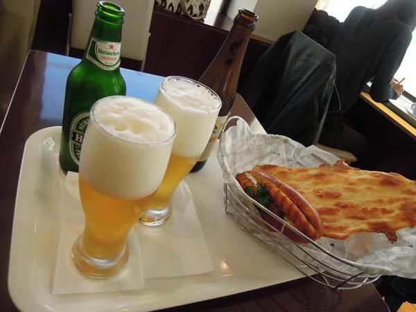 ビールは小瓶でハイネケン(525円)、一番絞り(525円)の2種類。 コロッケパンは温めてくれた。そして、あれ? 食パンは