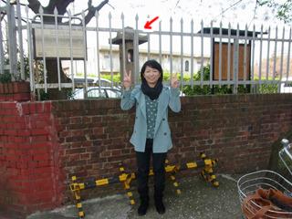 入り口近くにひっそりとある石灯籠と。柵の向こうは拘置所だ。