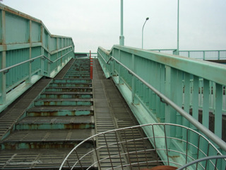 次は橋を登り