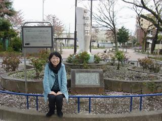 お目当ては後ろの白い記念碑だ。昔からずっとあったはずなのに今まで目に止まらなかった