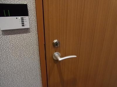 カチャリと回してロックするタイプの、いたってシンプルな鍵のついた扉