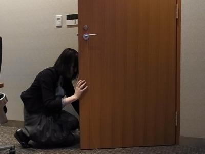 扉の下をくぐらせる