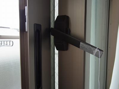 つまみに糸を固定し、半分ほど起こしておく。この時点ではまだ窓の開閉は可能な状態。