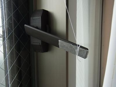外に出てガラス戸を閉めた後、改めて糸を上に引っ張ればよい。