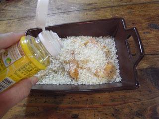 薄切り肉を丸めて置き、さらにパン粉を。