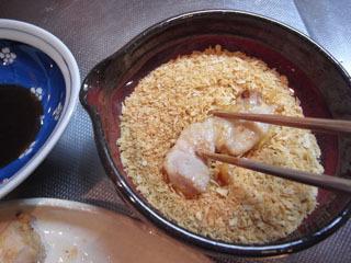 肉をパン粉の皿にドブンと入れ、