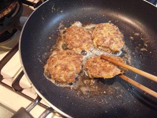 勢いで、挽き肉を丸めて適当に焼いてみた。