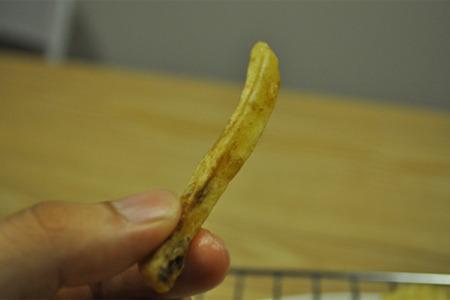 この持ってる辺りの黒くなってる所、ここはマクドナルドのフニャフニャポテトに近い食感。