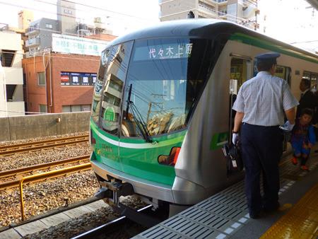 千代田線にはこんなかっこいい電車が走っているが