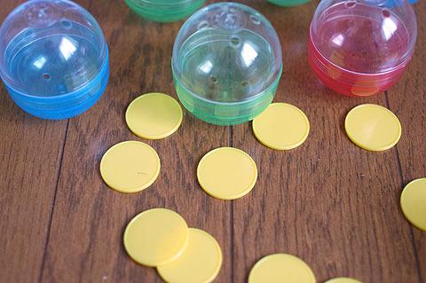 カプセルは直径5cmくらい。プラスチックのコインもセットで付いてきた。