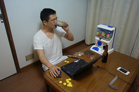 一人でネットチェックしながら飲む。