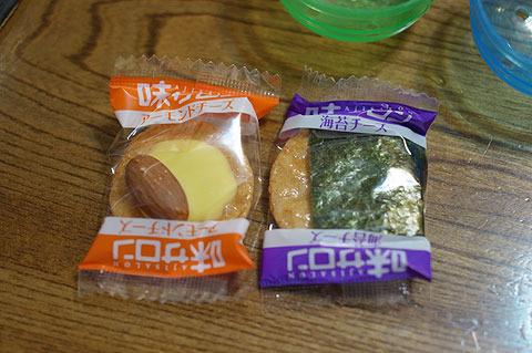 4回目に出てきたのはチーズおかき。乾き物で個包装されているのは特にガチャガチャ向きだ。