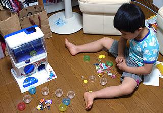子供も自分の好きなおもちゃを入れたガチャガチャを作り始めた。