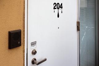 なんせ玄関ドアからしてこの「塗装アピール」