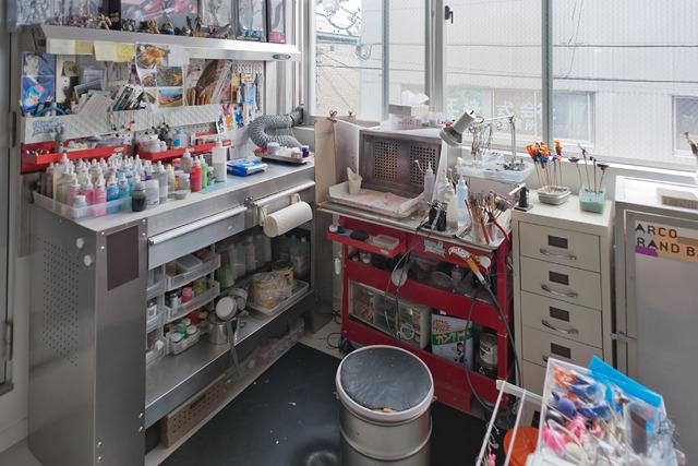 窓際の、通常家で最も環境の良い一画は、塗装ブースに。