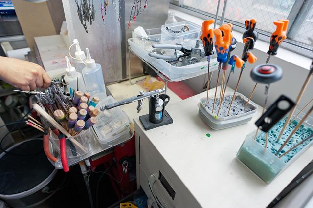 こういう、作業のために最適化された道具とその配置っぷりって、見ていてぐっとくるよね。一見ごちゃごちゃとものがあるように見えて、よく見ると秩序がある、っていう。あこがれるなあ。いいなあ。