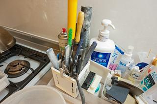 台所でも、いちばん存在感があるのは水研ぎの道具一式。写真で見ると、まるでこれで歯を磨いているみたいだ。