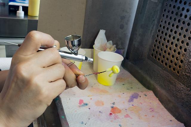 どきどきしながら塗装。塗るものとエアブラシとの距離の取り方が慣れるまでは難しかった。つい近づけ過ぎちゃう。