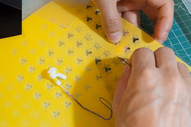 で、はがれた黄色を無事塗り直して、次は星の上に一回り大きい、これまた星形のマスクを貼る。