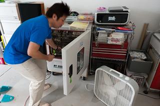 塗ったものを例の乾燥機に入れる。熱を加えて反応を促進するわけだ。