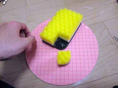 作るのも簡単、適当なサイズに切って角を削って真ん中に穴を開けるだけ。