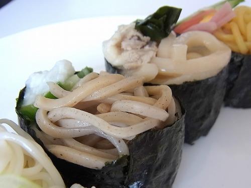 蕎麦は彩りが渋い。落ち着いた大人の麺寿司だ。
