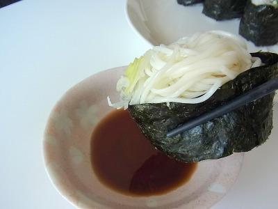尚、食べ方はこう。寿司ですので、醤油でいただきます