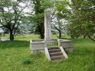 恭仁京のメインのたてもの(大極殿)があったことを示す石碑