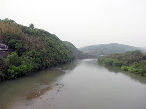 いい川!と思って撮ったら思いのほか茶色く写った。ほんとはもっといい景色です