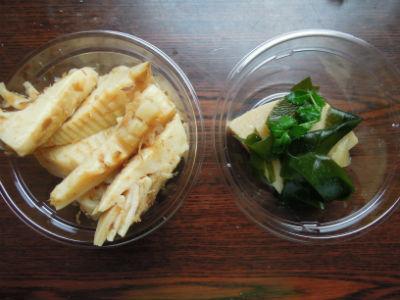 スーパーの土佐煮(左)はカップからはみ出す勢い。これで100円! 右はデパ地下の若竹煮で、面白いくらい田舎VS都会の様相