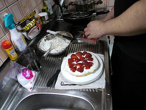 生地を半分に切って、イチゴと生クリームを挟む