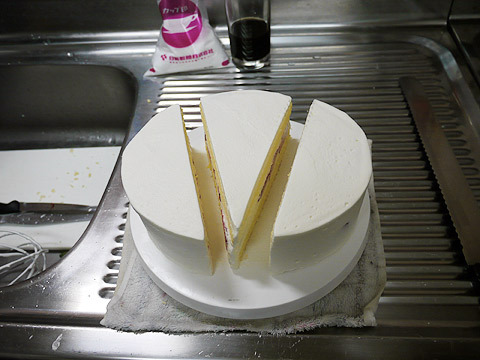 小さなホールケーキが大きなショートケーキに変身