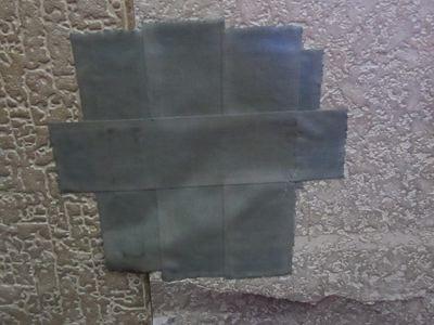 壁にガムテ。…誰かパンチしたのかな。ていうか、この処置でいいのか?