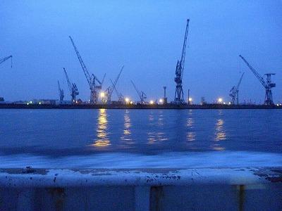 工業地帯を横目に見ながら船を走らせること十数分。