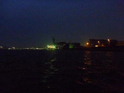 辺りが暗くなると同時に船が停まる。