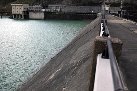 上流側のコンクリートの板で遮水する (立入禁止場所から許可を得て撮影)