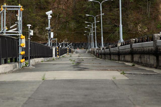 平らだったダムの上の通路は地震でこんなに波打った