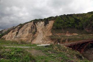 ダムの周りの斜面はかなり崩れている