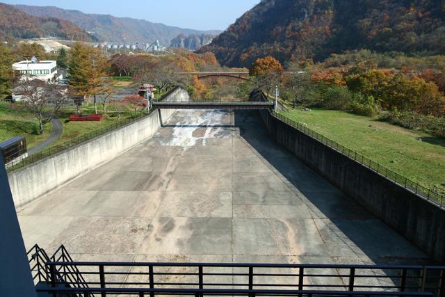 同じところから2006年に撮った写真を見るとまだ胆沢ダムの姿はなく斜面も崩れていない