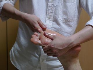 でも足指をごま油で触ったら