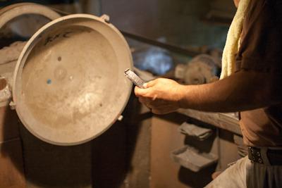 爪に鍋を取り付けて研磨します