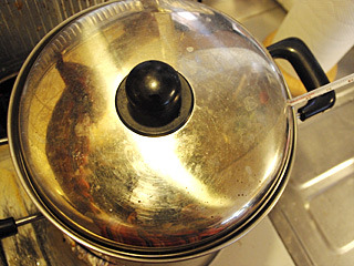 水温が安定したら、火を止めて蓋をして保温。お湯の量が多いので、すぐには冷めない。