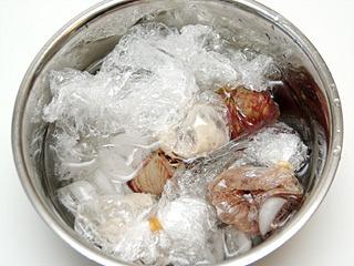 加熱が終わったら、一応レバ刺の代わりということで、すぐに氷水で冷やした。