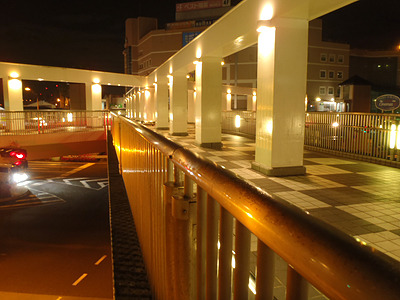 横須賀のショッピングセンター付近。明るい。深夜で誰もいない。